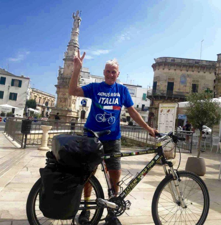 Fa tappa a Ostuni Janus River, l'ottantunenne che sta girando il mondo in bicicletta