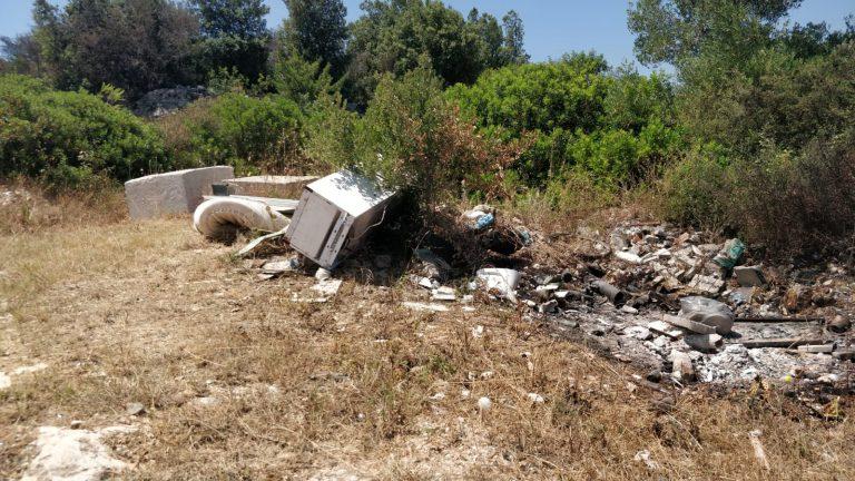 Abbandono indiscriminato di rifiuti: lastre di amianto in contrada Tamburroni. «Sono anni che ne segnaliamo la presenza», denuncia un residente