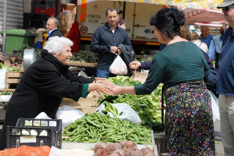 Mercato settimanale: trasferimento temporaneo per le bancarelle di frutta e verdura