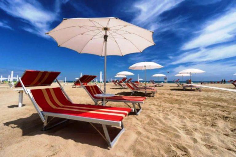 Coronavirus e bella stagione, Lopalco: «Nessun rischio in acqua o in spiaggia, ma evitare assembramenti»